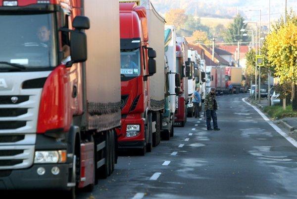 Kamióny mali v Krupine dvojhodinovú prestávku.