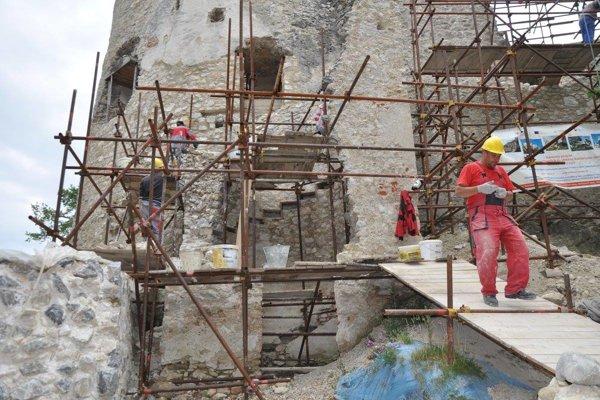Blatnický hrad sa prebiehajúcimi rekonštrukciami výrazne mení, vďaka, čo mu stúpla aj jeho návštevnosť.