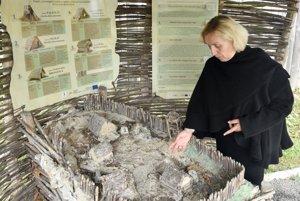 Na snímke riaditeľka Krajského múzea v Prešove Mária Kotorová pri makete archeoparku.