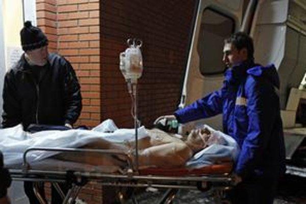 Záchranári odvážajú zraneného muža do nemocnice z moskovského letiska Domodedovo.