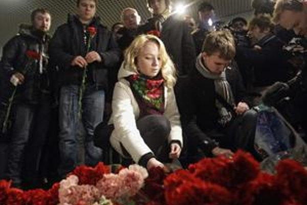 Pre obete útoku na letisku v Moskve včera nosili kvety a zapaľovali sviečky.