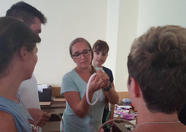 Výtvarníčka Jana Kasanická vysvetľuje, ako si vyrobiť vlastný lapač snov.