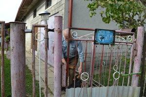 Pán Michal (71). Vyjsť pred dom ho prinútil štekot psov. Najmladším obyvateľom obce je jeho 34-ročný syn.