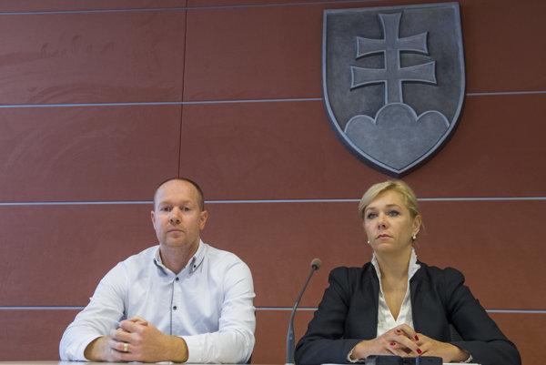 Riaditeľ sekcie informatiky a bezpečnosti ministerstva vnútra Jozef Čapuška a štátna tajomníčka ministerstva Denisa Saková.
