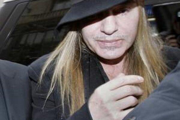 Galliano prichádza na policajnú stanicu v Paríži.