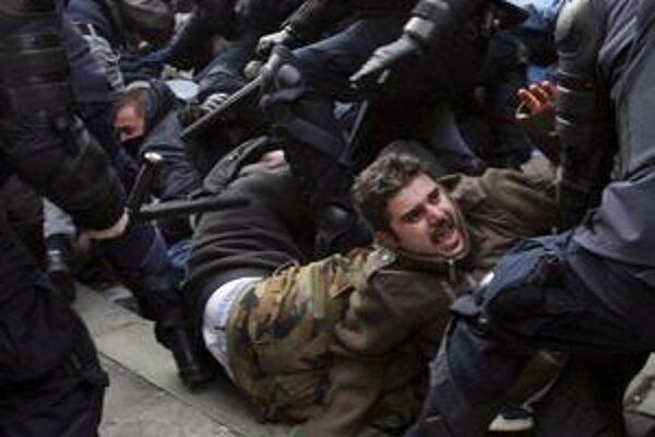 Minulotýždňová protivládna demonštrácia v Záhrebe sa nezaobišla bez zásahu poriadkovej polície.