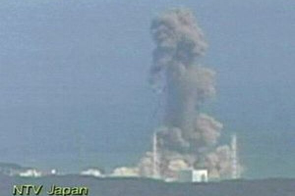 Záber japonskej televízie NTVna elektráreň Daiči po pondelkovej  explózii.