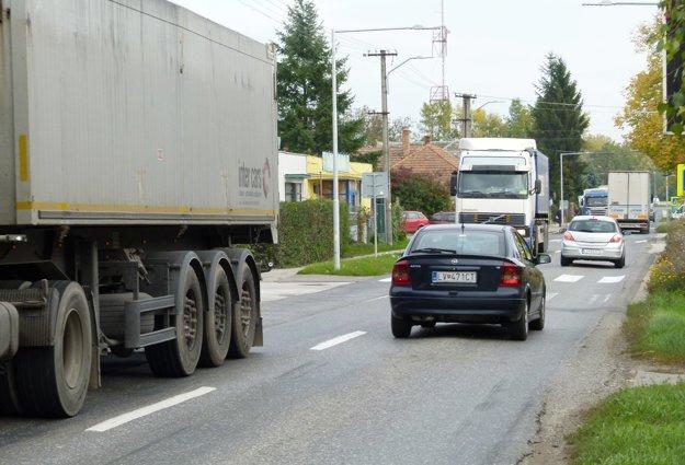 Cez dedinu vedie hlavná trasa pre nákladnú dopravu smerom k hraniciam v Šahách.