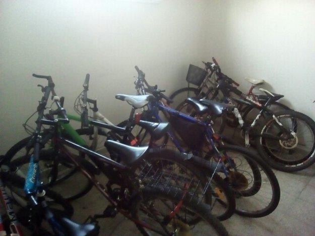 Vyzbierané bicykle.