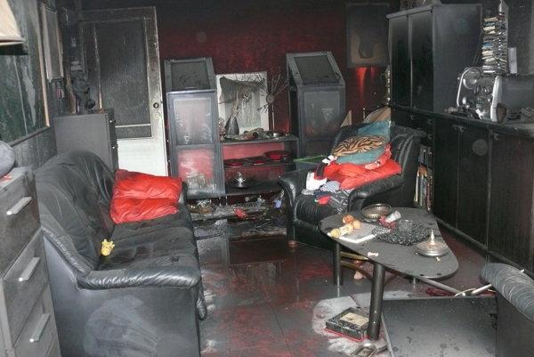 Obývačka v postihnutom byte.