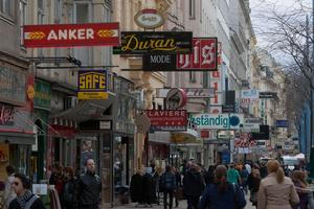 Najväčšia viedenská obchodná ulica Mariahilfer Strasse. Vo Viedni žije a  pracuje čoraz viac Slovákov. 3f959ff9572