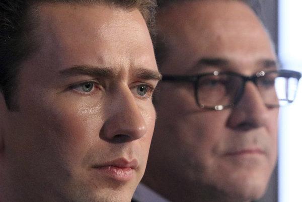 Heinz-Christian Strache (vpravo) potvrdil, že Schilcher po kauze spojenej s rasistickou básňou rezignoval. Podľa Sebastiana Kurza (vľavo) išlo o jediné možné vyústenie situácie.