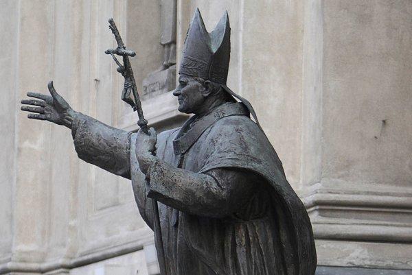 Socha poľského pápeža môže zostať na svojom mieste.