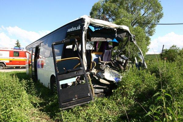 Jedna cestujúca z autobusu zomrela, ďalší utrpeli zranenia.