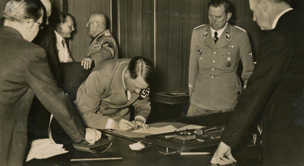 Adolf Hitler podpisuje Mníchovskú dohodu. 30. september 1939.