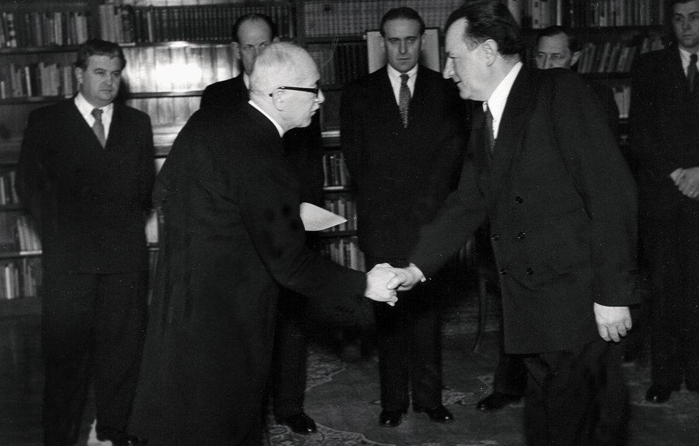 27. februára 1948 na Pražskom hrade: predseda vlády Klement Gottwald (vpravo) skládá sľub do rúk prezidenta Edvarda Beneša. Cesta ku komunistickej totalite bola otvorená.