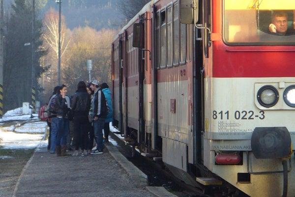 Trať Čadca – Makov odolávala v minulých rokoch tlakom na jej zrušenie, významnou mierou sa vtedy zaktivizovali obce Mikroregiónu Horné Kysuce a premávku vlaku v tejto doline, kde žije vyše 30-tisíc obyvateľov, si nakoniec obhájili.