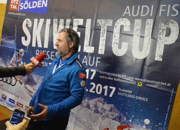 Riaditeľ pretekov Rainer Gstrein informuje novinárov o zrušení pretekov v Söldene.