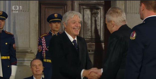Juraj Kukura preberá české štátne vyznamenanie