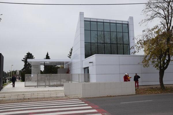 Mestský cintorín v Trebišove. Na poriadok abezpečnosť dohliadne mestská polícia.