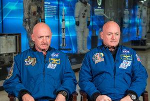 Jednovaječné dvojičky Mark Kelly (vľavo) a Scott Kelly (vpravo) pred začiatkom jednoročnej misie vo vesmíre a štúdie Twins Study.