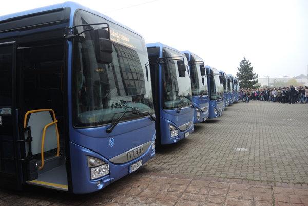 Od minulého týždňa pribudlo na cestách kraja 15 nových autobusov, z nich je osem nízkopodlažných.