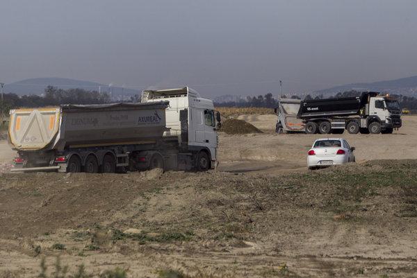 Na úseku pri Holiciach, kde bude stáť budúca časť rýchlostnej cesty R7 už začali prvé práce.