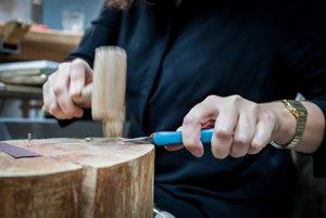 Formovanie s pomocou dreveného kladivka, ktoré zanecháva malé stopy.