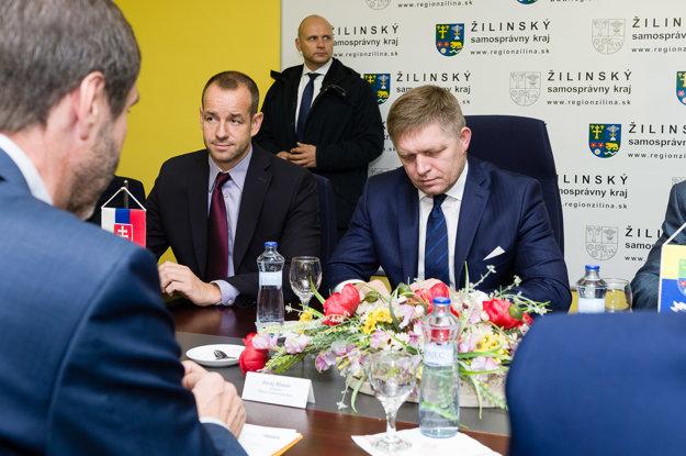 Premiér Róbert Fico a štátny tajomník Viktor Stromček na stretnutí so zástupcami petičného výboru.