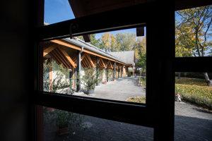 Hospic Dom pokoja a zmieru u Bernadetky v Nitre. Pacienti môžu vyjsť  do záhrady cez široké francúzske okná priamo z izby aj s posteľou.