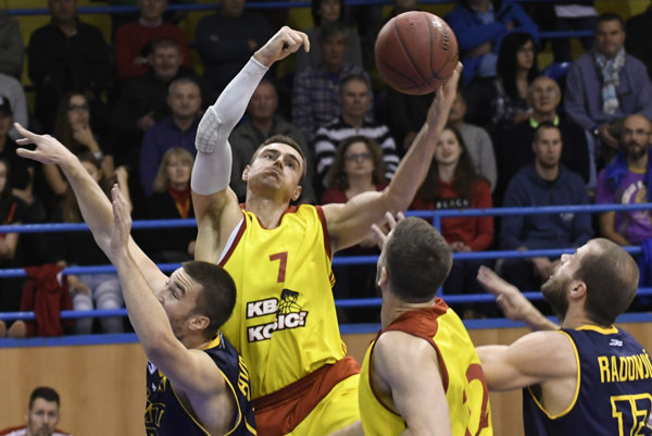 Na snímke s loptou Igor Marič, uprostred dole Eric Palm - KB Košice, vľavo Saša Avramovič a vpravo Marko Radonjič – Iskra Svit.