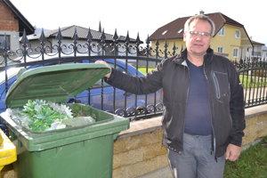 Jozef Hančar. Starosta Modry nad Cirochou ukazuje, čo je v zelenom kontajneri. Pôvodne je určený na sklo.