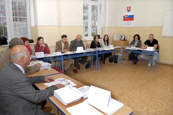 Predchádzajúce voľby v 2013. Členovia volebných komisií na východe hrali s voličmi väčšinou presilovku.