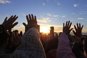 Letný slnovrat vítali pri Stonehenge tisícky ľudí.