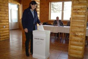 Erika Jurinová, kandidátka na županku Žilinského samosprávneho kraja vo volebnej miestnosti v Nižnej na Orave.