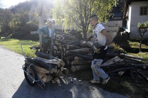 Na snímke obyvatelia upratujú v obci Uhrovské Podhradie, kde je zapísaných len 37 voličov počas volieb do orgánov samosprávnych krajov 4. novembra 2017.