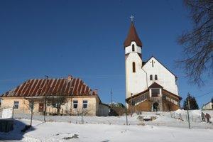 Lom nad Rimavicou patrí vďaka nadmorskej výške k chladným obciam.