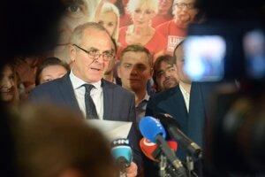 Ján Lunter počas volebnej noci.