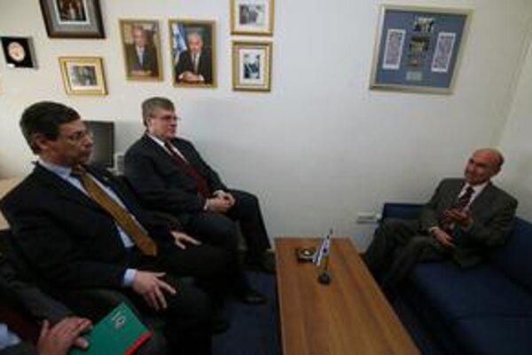 Turecký veľvyslanec (vpravo) bol usadený na nižšiu pozíciu. Ankare sa to nepáči.