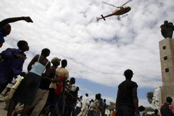Haiťania, ktorí trpia dôsledkami zemetrasenia, vedia, že naozajstnú pomoc môžu čakať len zo zahraničia.