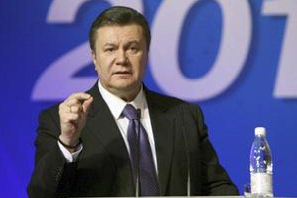 Viktor Janukovyč bol v nedeľu spokojný, prvé odhady predpovedali, že získal najviac hlasov a s miernym náskokom predbehol premiérku Juliu Tymošenkovú. O prezidentské kreslo s ňou zabojuje v druhom kole vo februári.