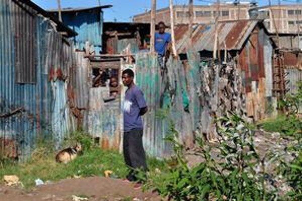 Slum, to sú hrdzavé chatrče, ale aj živelné hry detí a netradičné hotely (nižšie).
