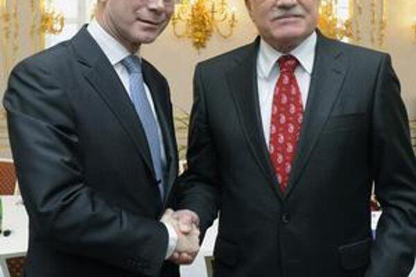 Rompuy a Klaus si podali ruky. Na úniu majú rozdielne názory.