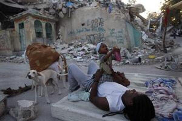 V stanových mestách nocujú  Haiťania po zemetrasení už tri týždne, šíria sa infekcie, ktoré ohrozujú hlavne deti.