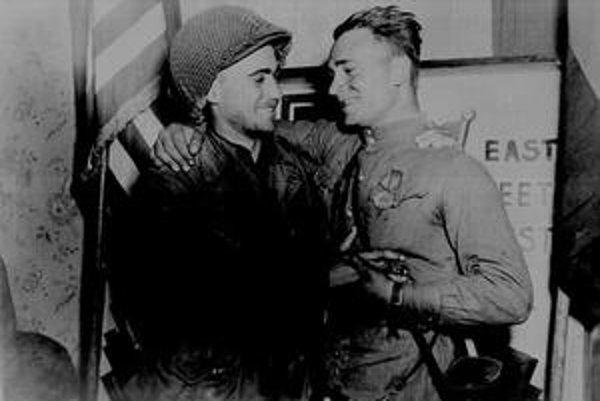 Američan Robertson a sovietsky vojak Silvaško.