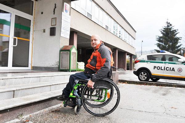 Pred políciou ostane vozičkár stáť pred vchodom.