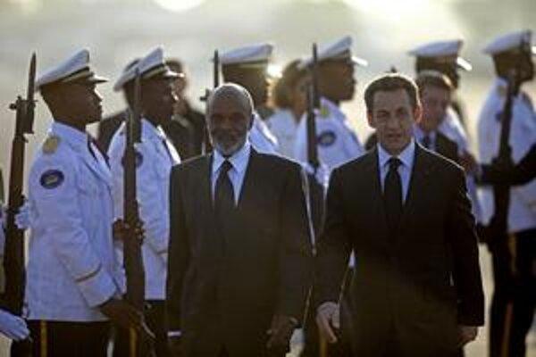 Francúzsky prezident Nicolas Sarkozy (vpravo) priletel na Haiti ako prvá európska hlava štátu.