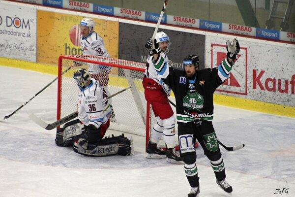 Ruky nad hlavou autora prvého gólu Novozámčanov Jirku Cetkovského.