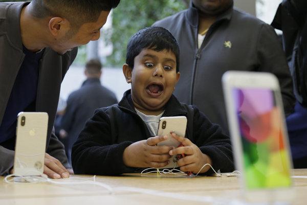 Šesťročný chlapec Aadhyan Vaka reaguje na novú funkciu iPhoneX - animoji.