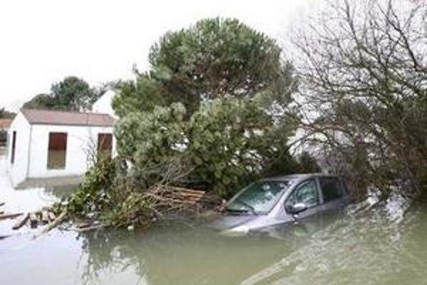 Zaplavené domy a autá po orkáne Xyntia v La Faute sur Mer na juhozápade Francúzska.